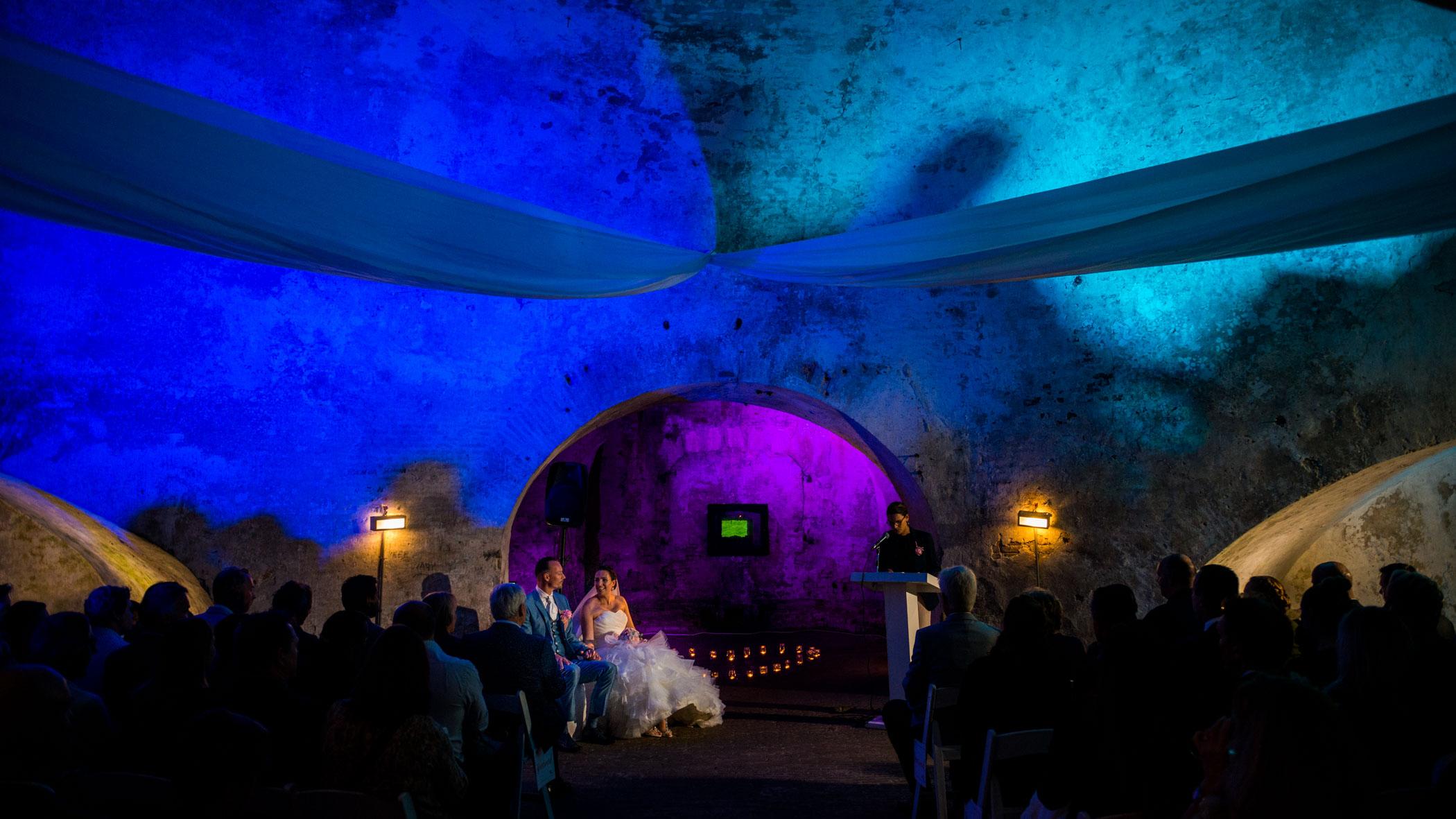 donkere trouwlocatie bruiloft