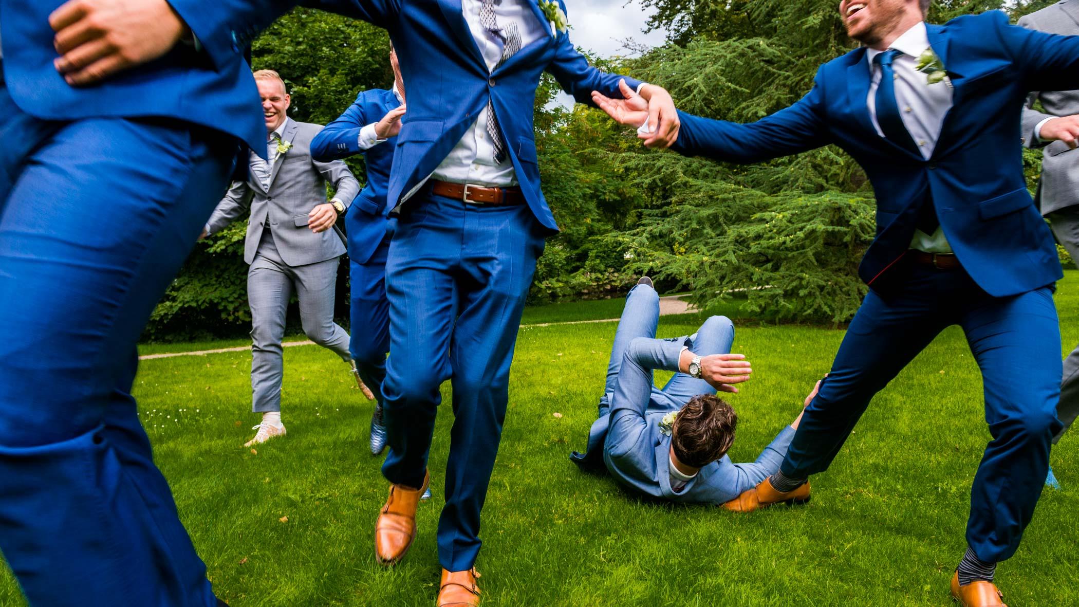 Leuke groepsfoto bruiloft