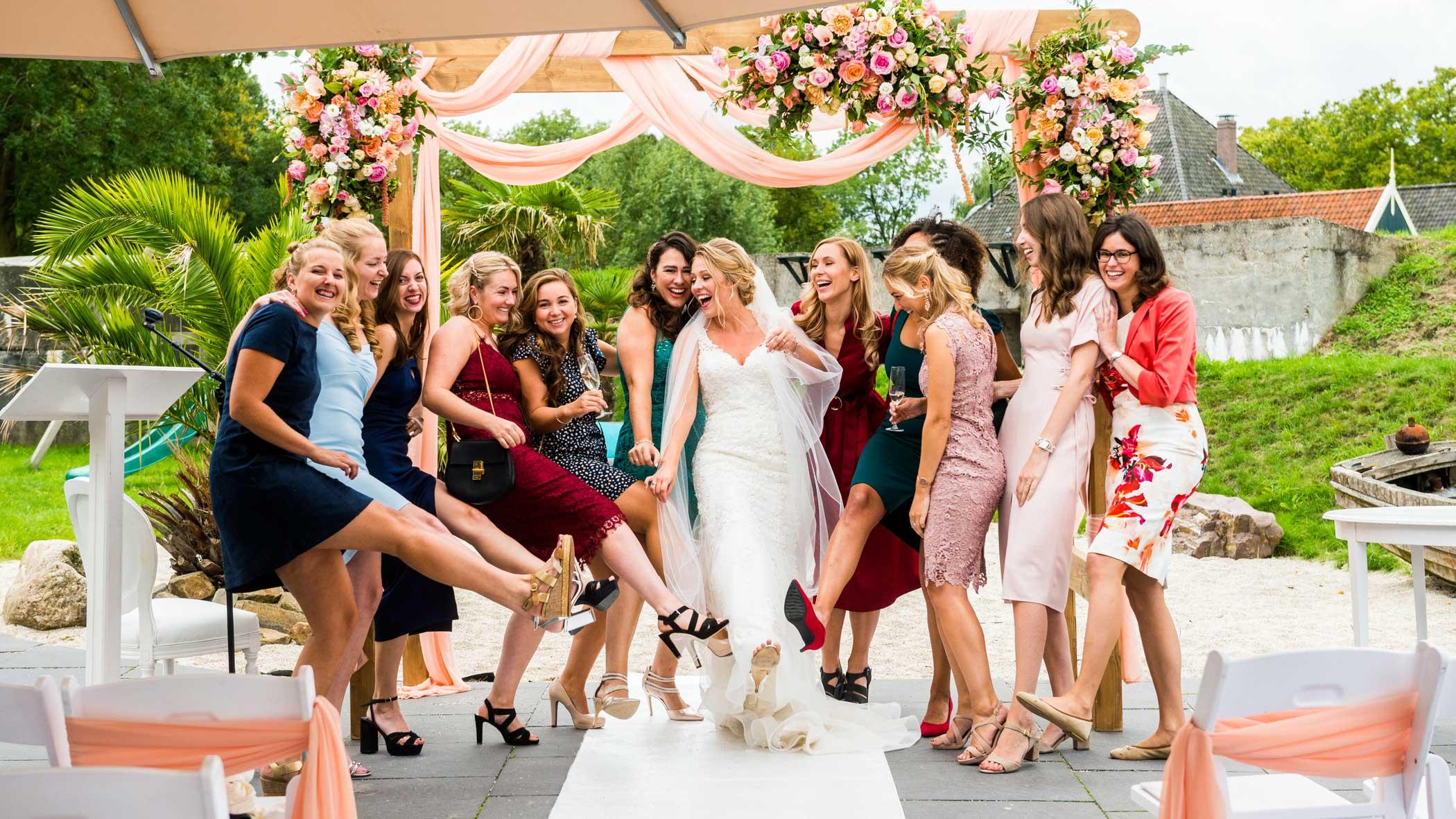 groepsfoto bruiloft vriendinnen