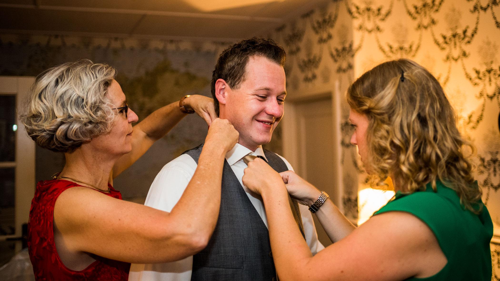 Aankleden bruidegom