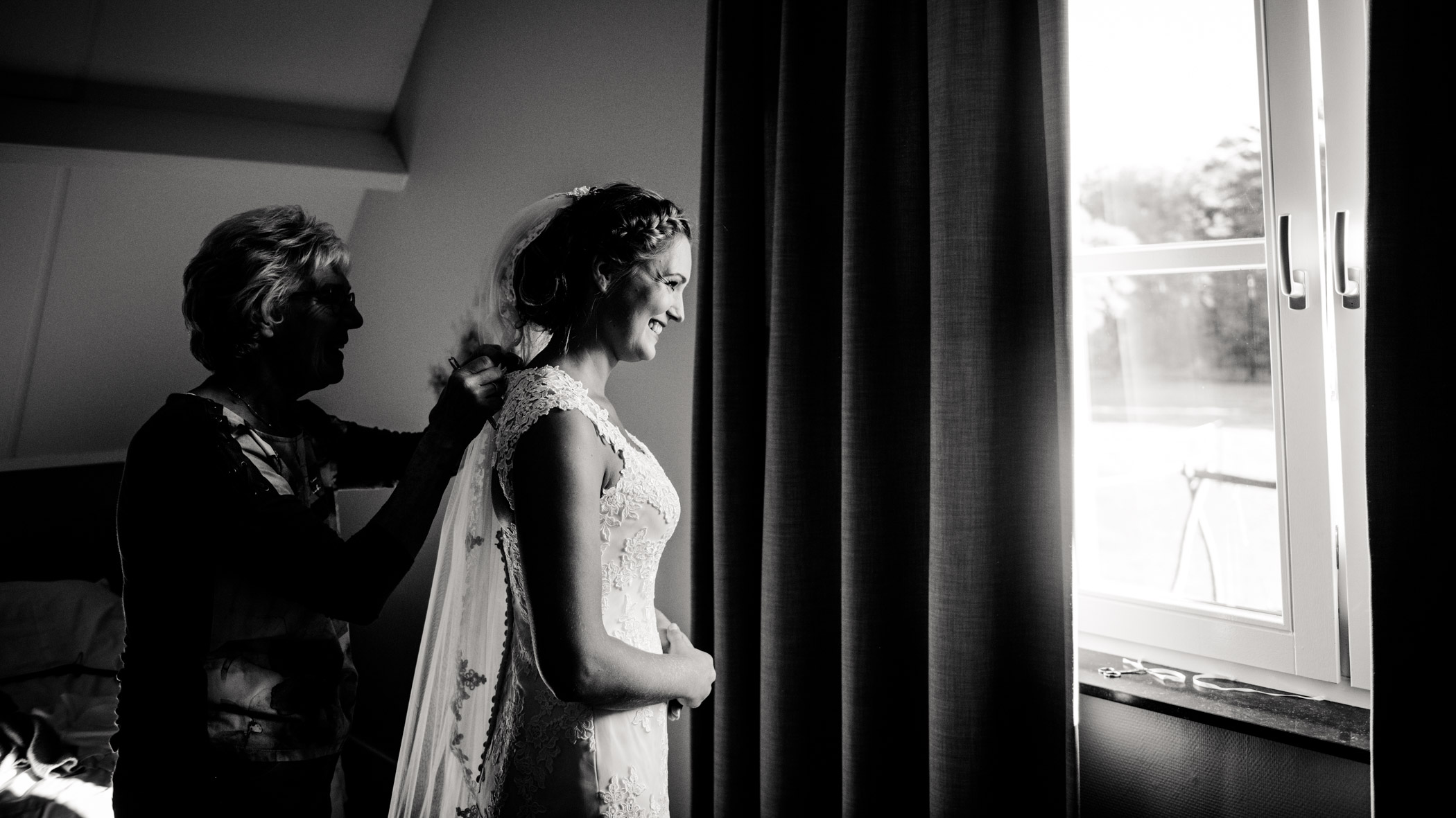 jurk aantrekken bruid